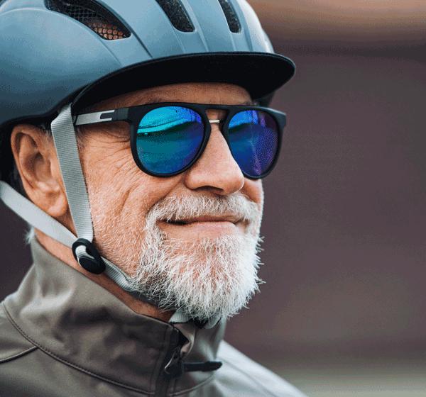 senior mit sonnebrille und fahrradhelm
